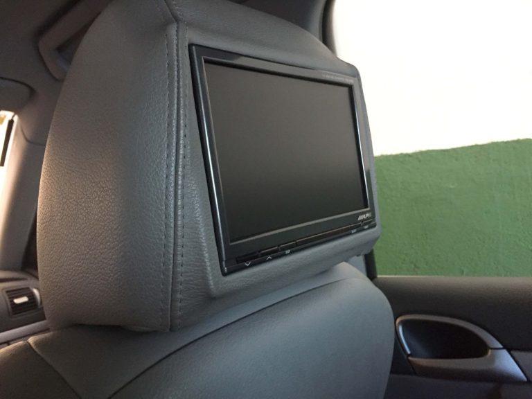 SistemMonitor integrado en cabecero Porsche Cayennea entretenimiento trasero en Porsche Cayenne